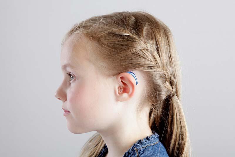 Kind mit Hinter-dem-Ohr-Hörgerät